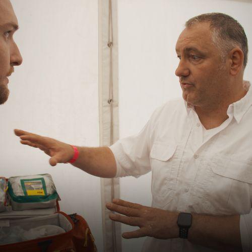 Afbeelding van EHBO op een festival: Bastiaan loopt mee | Drugslab Extra